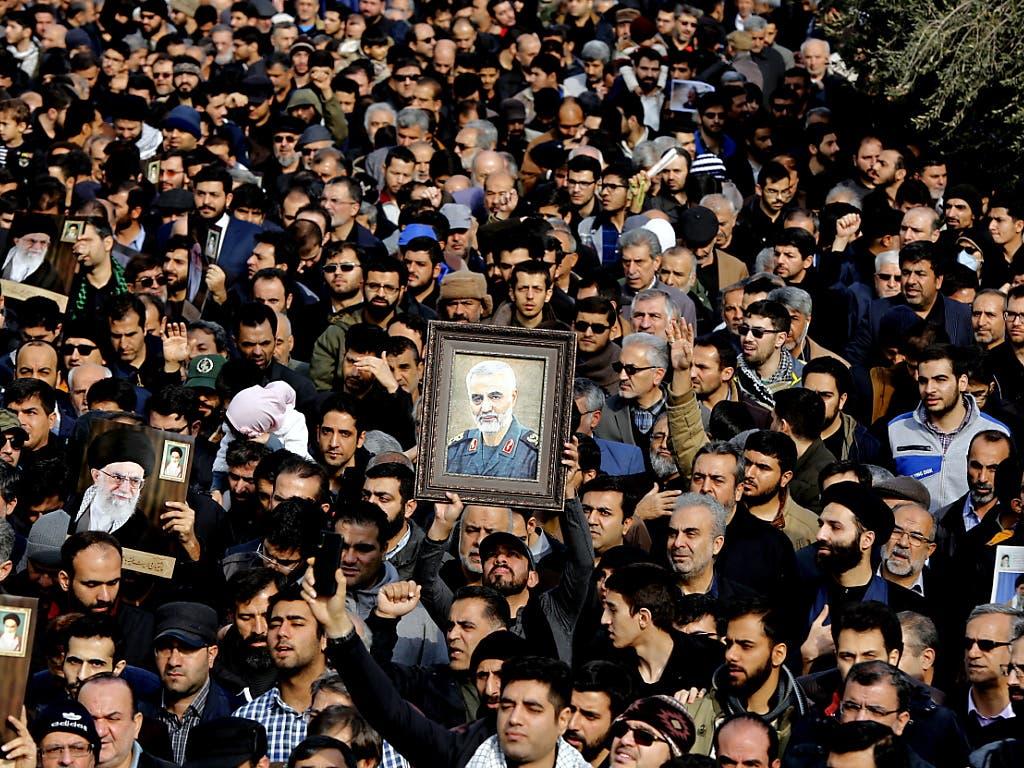 Am Trauermarsch für den getöteten iranischen Elite-General Chassem Soleimani und den irakischen Milizenführer Abu Mehdi al-Muhandis haben Tausende Iraker teilgenommen. Sie skandierten «Tod für Amerika».