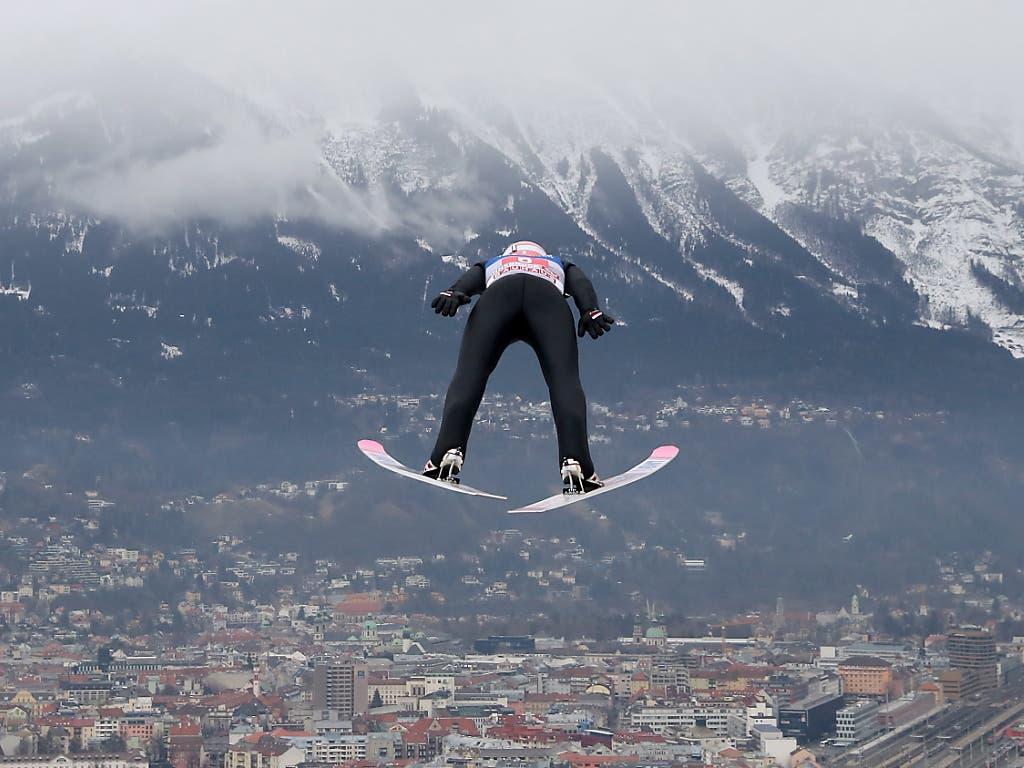 Innsbruck liefert tolle Bilder: Dawid Kubacki scheint bis in die Stadt zu fliegen.