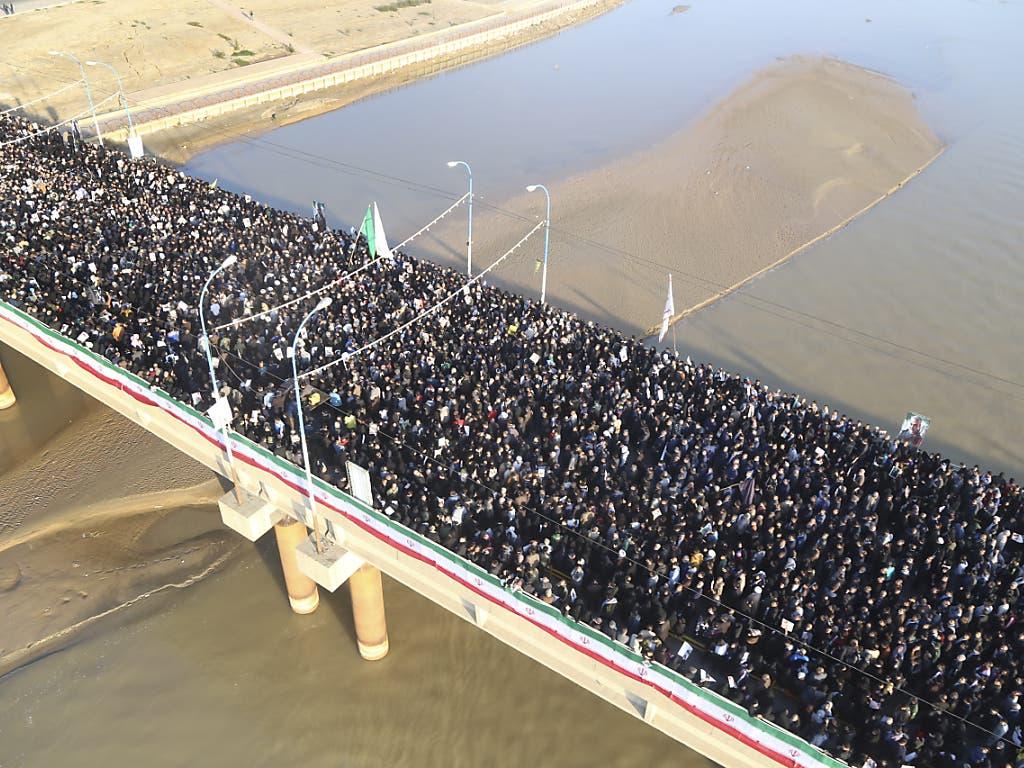 Zehntausende schwarz gekleidete Menschen gingen am Sonntag im Iran für den von den USA getöteten Topgeneral Ghassem Soleimani auf die Strasse.