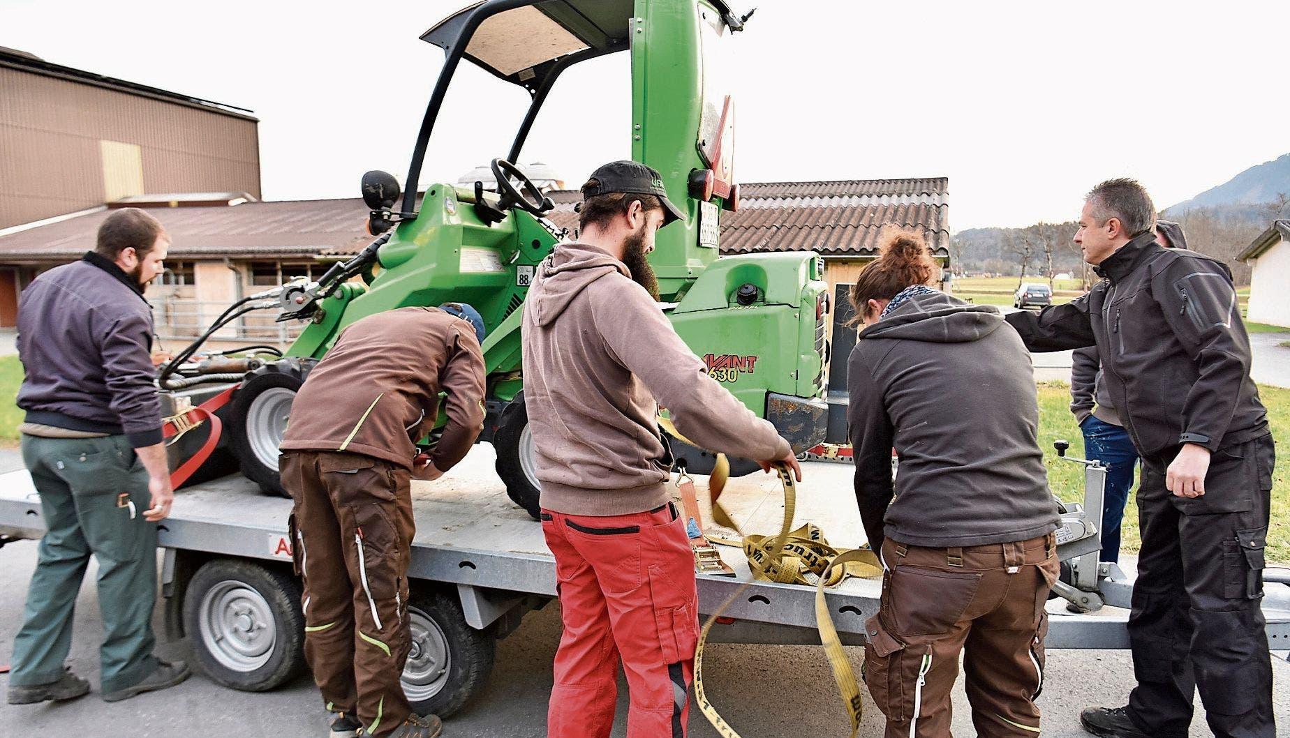 Der Einstieg in den Kurs fiel den angehenden Landwirten leicht. Bei der Befestigung eines landwirtschaftlichen Gerätes auf einem Anhänger gilt es dennoch sorgfältig vorzugehen, die Gurten dürfen keine Schäden aufweisen.
