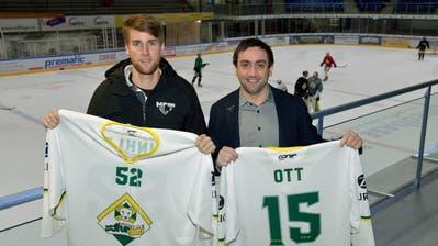 Thomas Imhof und Martin Büsser mit den Trikots, in denen die HCT-Legenden wie Winkler oder Ott aufs Eis laufen werden. ((Bild: Mario Testa))