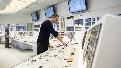 Per Knopfdruck nimmt ein Mitarbeiter einer der beiden Turbinen zur Stromproduktion vom Netz. (Bild: Peter Klaunzer/ Keystone)