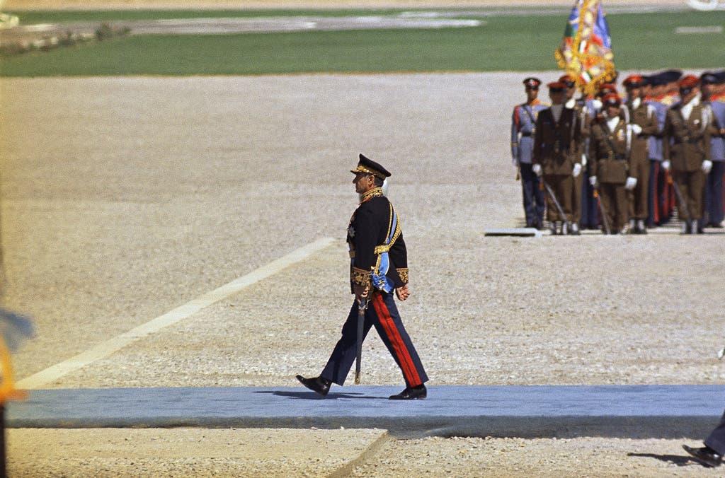 Der letzte Schah: Reza Pahlewi beim Abschreiten einer Ehrenformation. Der Shah regierte das Land zwar mit harter Hand, galt aber als Freund des Westens und als Reformer. Durch ihn erhielten die Frauen im Iran 1962 das Wahlrecht. Diese Reformen und seine Haltung als König der Könige bringen ihm jedoch auch Kritik ein.