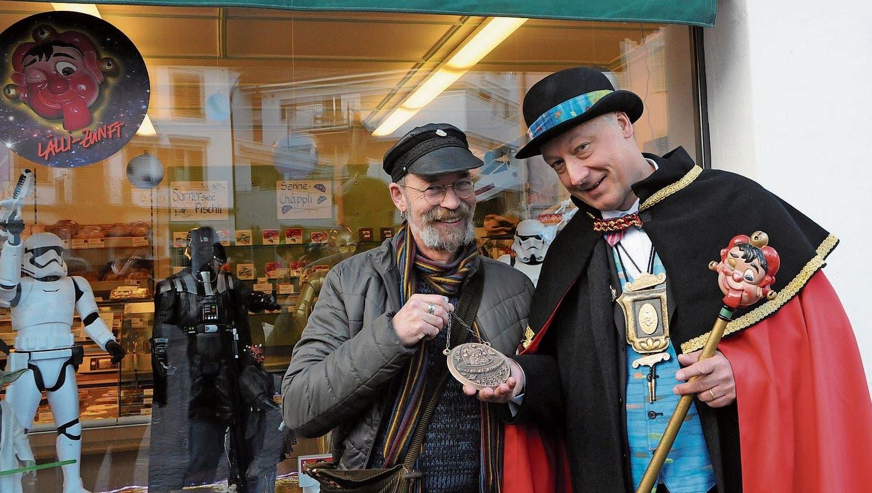 Künstler Urs Krähenbühl (links) und Zunftmeister Stefan Krummenacher vor dem Star-Wars-Schaufenster der Bäckerei Berwert am Dorfplatz.