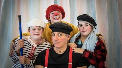 Clown Olli Hauenstein mit den Schauspielern Cello, Ella und Nana. (Bilder: Michel Canonica)