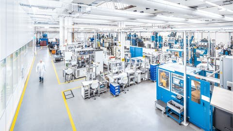 Blick in die neue sogenannte Lean-&-Clean-Fertigung am Standort Schattdorf: Hier stellt Dätwyler seit knapp einem Jahr Dichtungskomponenten für die Automobilindustrie unter Reinraumbedingungen her. (Alexander Sauer/Dätwyler)