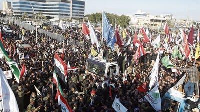 Tausende gingen im irakischen Basra auf die Strasse, um gegen die USA zu demonstrieren. (Bild: AP (3. Januar 2020))