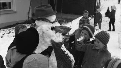 Kinder bauen einen Schneemann in Nebikon. (Bild:Kantonale Denkmalpflege Luzern (Hans Marti Archiv))