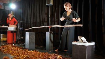 Die Musikerin und die Spielerin: Andrea Zuzsak und Rahel Wohlgensinger proben «Klank» in der Theaterwerkstatt Gleis 5. (Dieter Langhart)