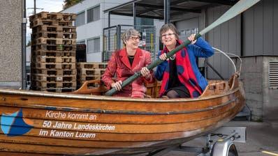 Ursula Stämmer (links) und Renata Asal im Ruderboot, mit dem die Landeskirchen unterwegs sind. (Bild: PD/Roberto Conciatori)