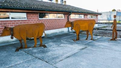 Die Eisenfiguren des Appenzeller Künstlers Emil Neff erinnern an den Aadorfer Milchwirtschaftsbetrieb der Geschwister Erni. ((Bild: Kurt Lichtensteiger))