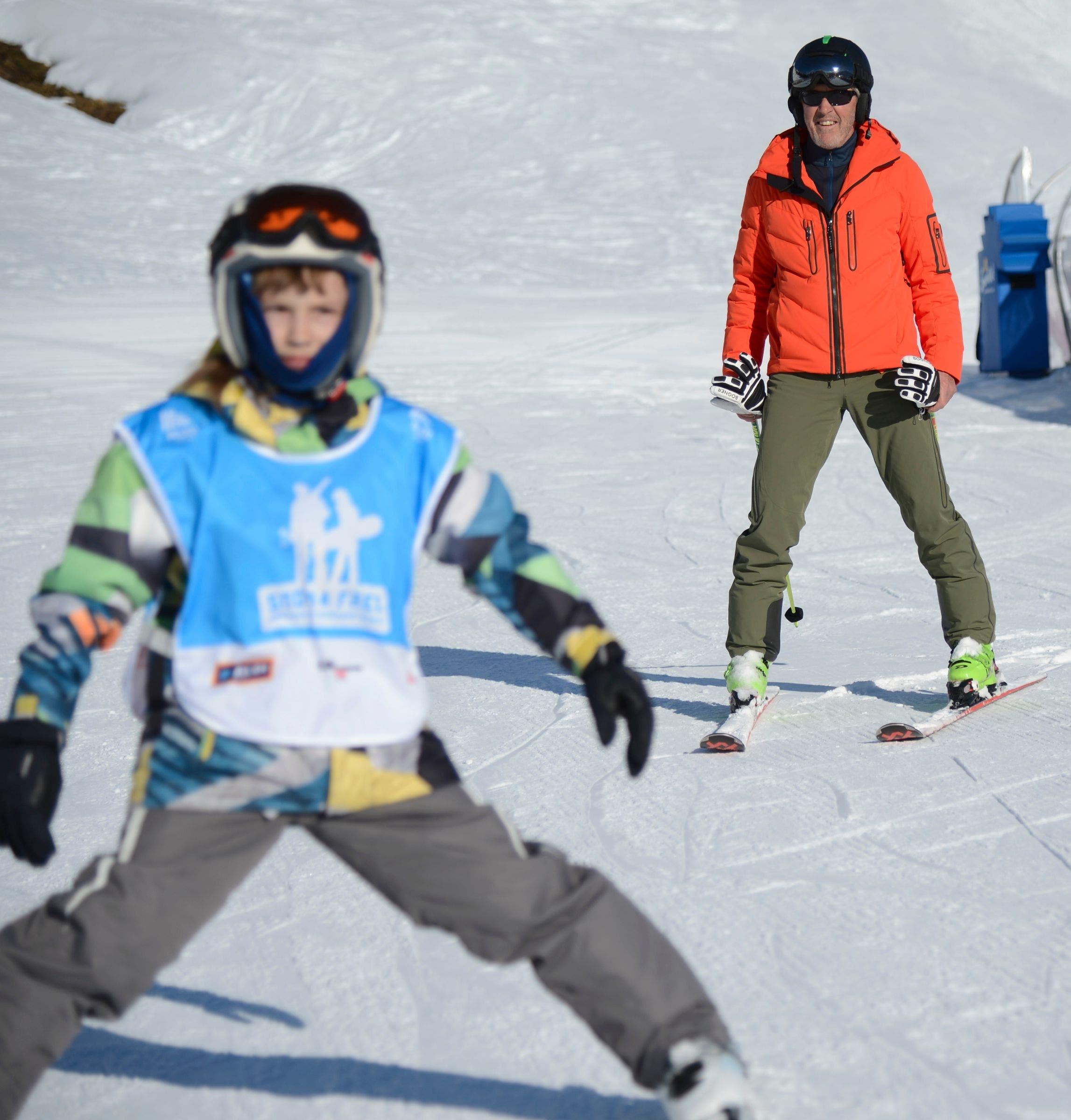 Unter der Aufsicht einer Skilegende den Stemmbogen machen: Das ermöglicht das Projekt.