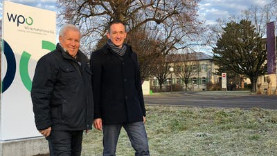 Guido Breu (links), Mitglied der WPO-Wirtschaftskommission, und Robert Stadler, Standortförderer/Leiter WPO-Geschäftsstelle, vor der ersten WPO-Werbestele an der Zürcherstrasse in Wil. (Bild: PD)