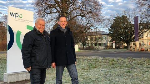 Guido Breu (links), Mitglied der WPO-Wirtschaftskommission, und Robert Stadler, Standortförderer/Leiter WPO-Geschäftsstelle, vor der ersten WPO-Werbestele an der Zürcherstrasse in Wil Richtung Münchwilen.. (Bild: PD)