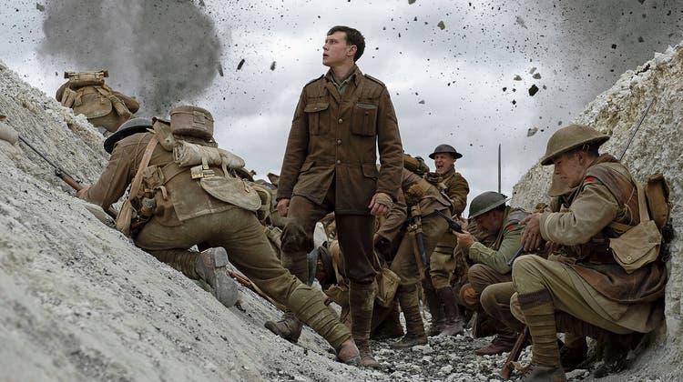 Noch sind sie im Schützengraben, ab jetzt laufen sie um ihr Leben: Schofield (George MacKay; Mitte) und Blake bilden ein Himmelfahrtskommando. (Bild: Universal Pictures)