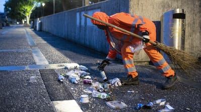 Abfallsünder verursachen in der Schweiz jährliche Reinigungskosten in der Höhe von 200 Millionen Franken – und bescheren den Reinigungsequipen viel Arbeit. (KEYSTONE/Ennio Leanza)