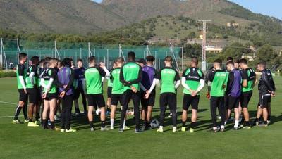 Trainer Peter Zeidler bespricht sich im Kreis mit seinen Spielern. (Bild: Christian Brägger)