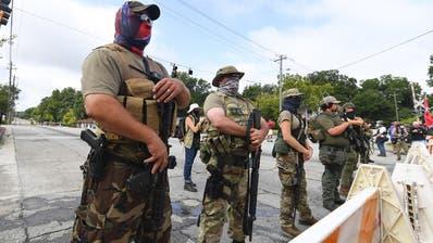 Bis an die Zähne bewaffnet: Rechtsextreme Miliz beim Stone Mountain Park in Georgia. (Keystone)