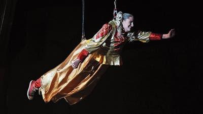 Kurz vor dem Lockdown: Muschelfee Joy Kayser eröffnet fliegend die Sirnacher Fasnacht 2020. ((Bild: Olaf Kühne, 20. Februar 2020))