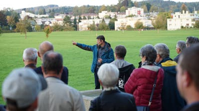 Georg L'Homme, Projektleiter bei der Stadtenwicklung Gossau, führt den Rundgang über die Mooswies an. (Johannes Wey (30. September 2020))