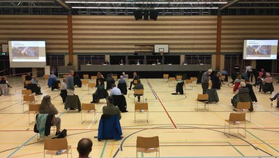 Die Gemeindeversammlung wurde in die Waldmannhalle verlegt, weil dort die Mindestabstände eingehalten werden können. (Bild: Rahel Hug (Baar, 1. Oktober 2020))