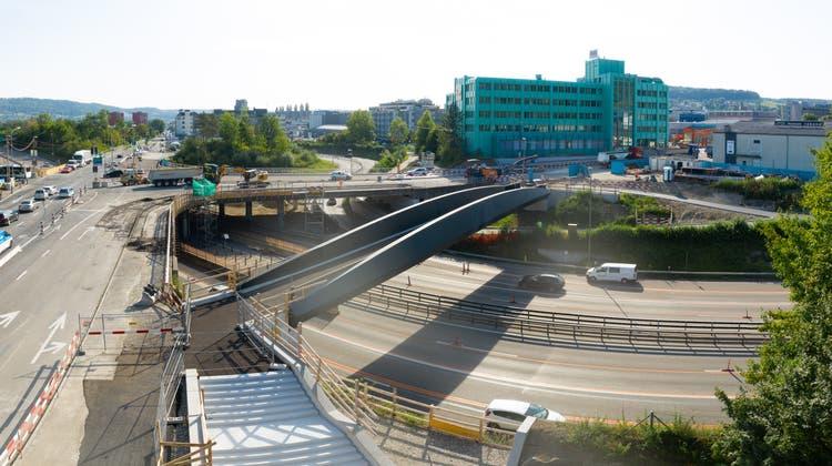 Brücke über die Autobahn: Fussgänger und Velofahrer kommen nun sicher von Dietikon nach Urdorf