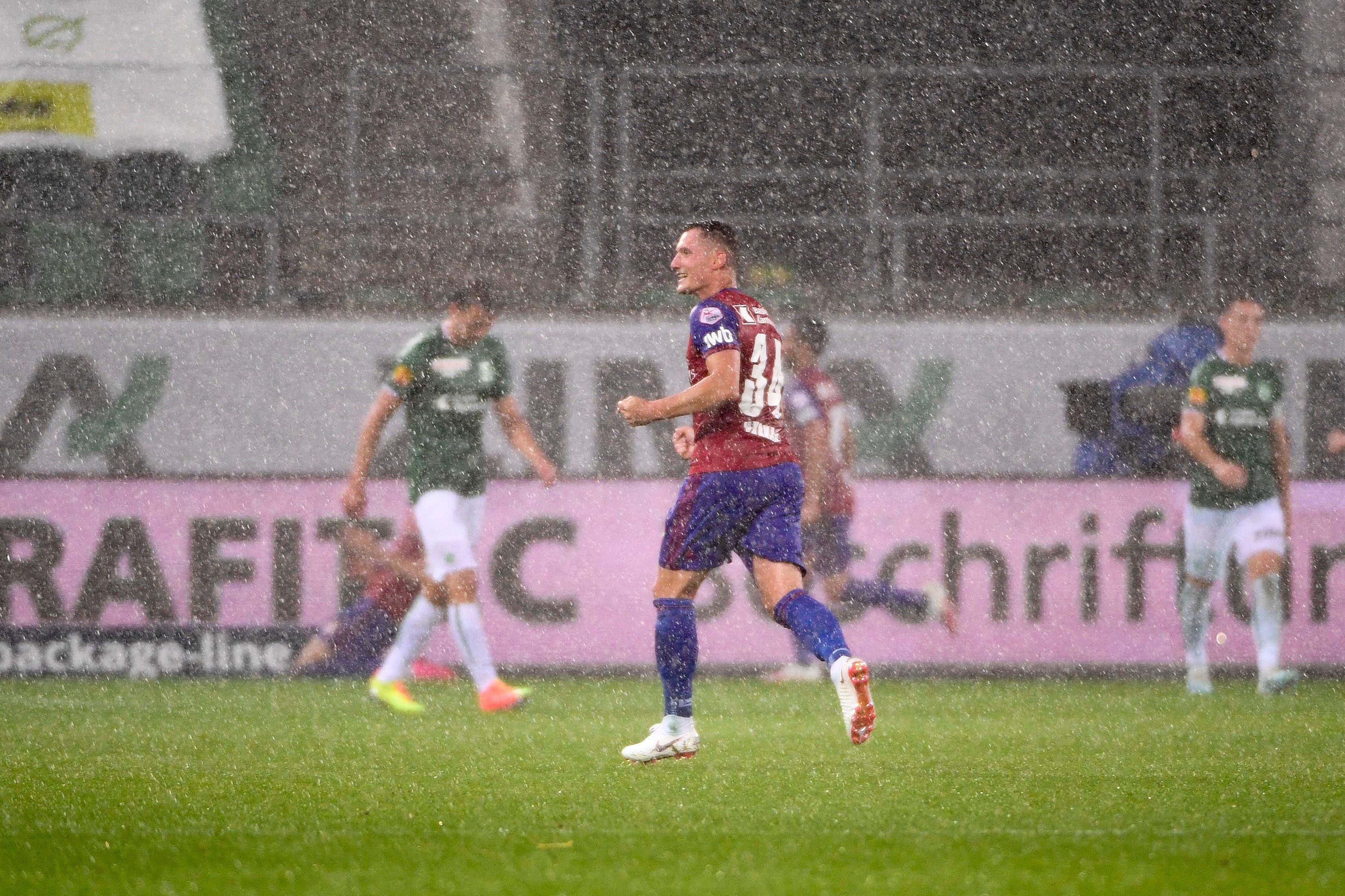 Taulant Xhaka jubelt im strömenden Regen.