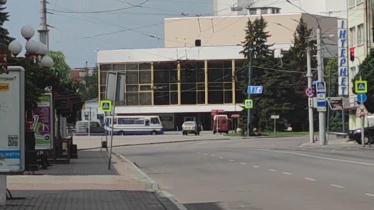 Mindestens zehn Menschen bei Geiselnahme in der Ukraine festgehalten