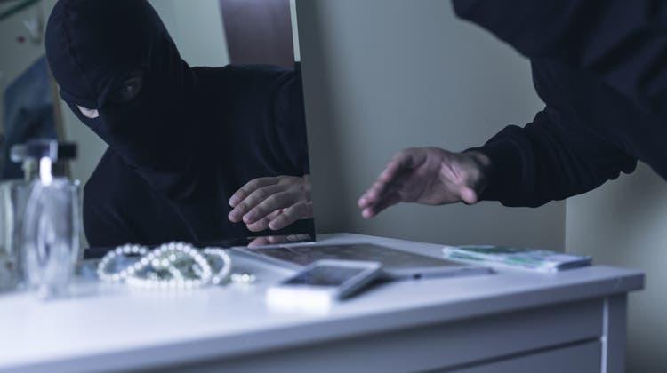 Schreck im Urlaub: Einbrecher stand im Schlafzimmer