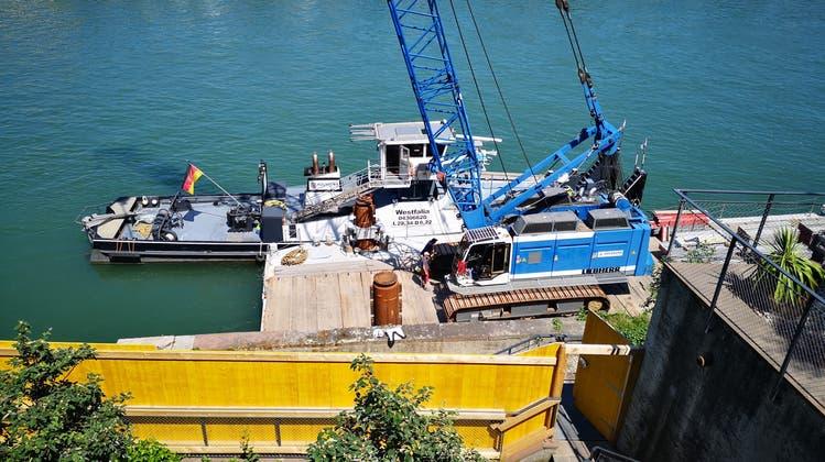 Sanierung der Ufermauer in Basel: Bagger schwimmt im Rhein