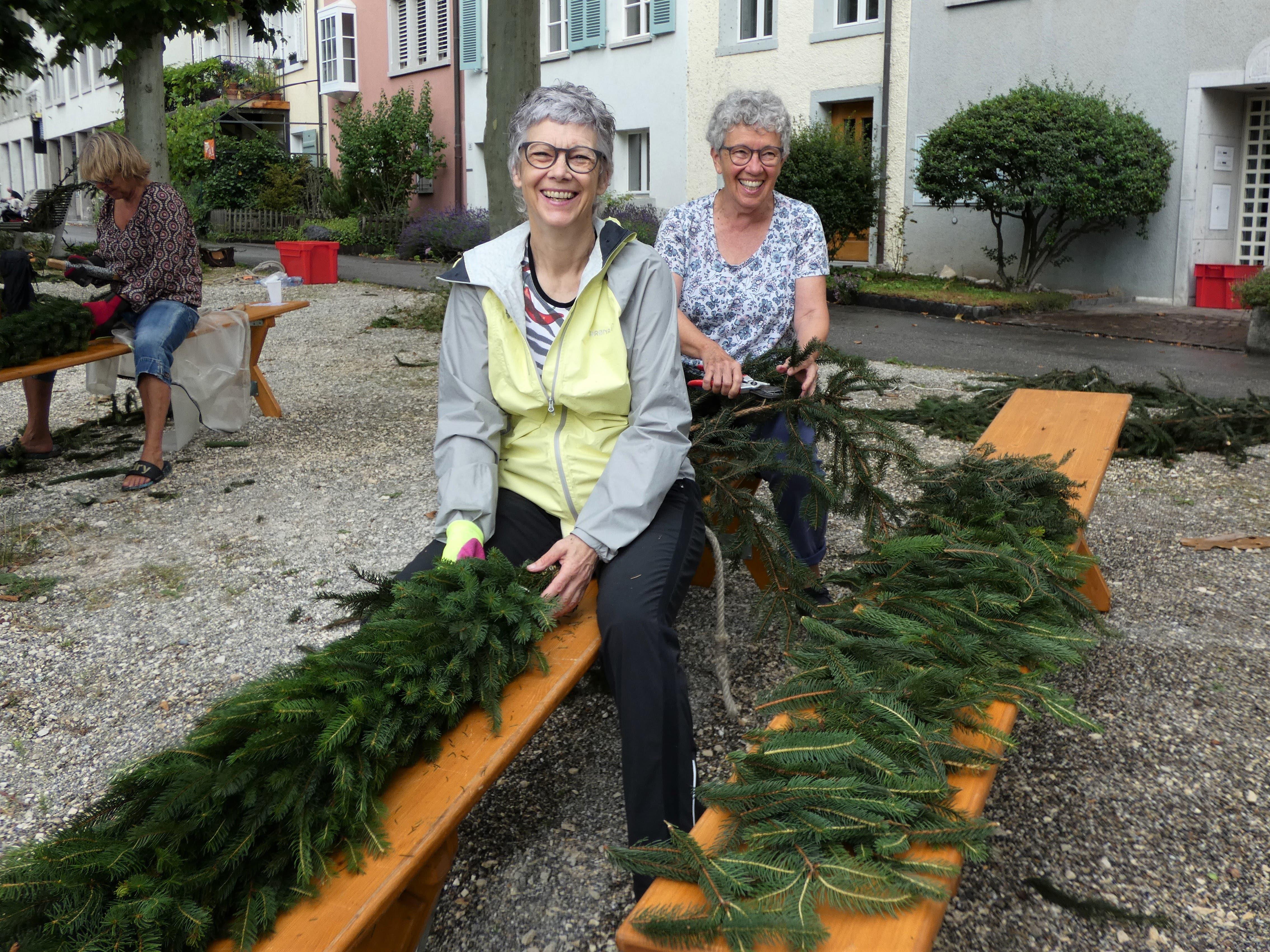 Kränzen für den Jugendfest(t)raum Das Brugger Salzhaus wurde für die Kunst-Installation «Jugendfest(t)raum» in der Büscheliwoche dekoriert. Unter der Leitung von Barbara Iten halfen rund 40 Freiwillige beim Kränzen.