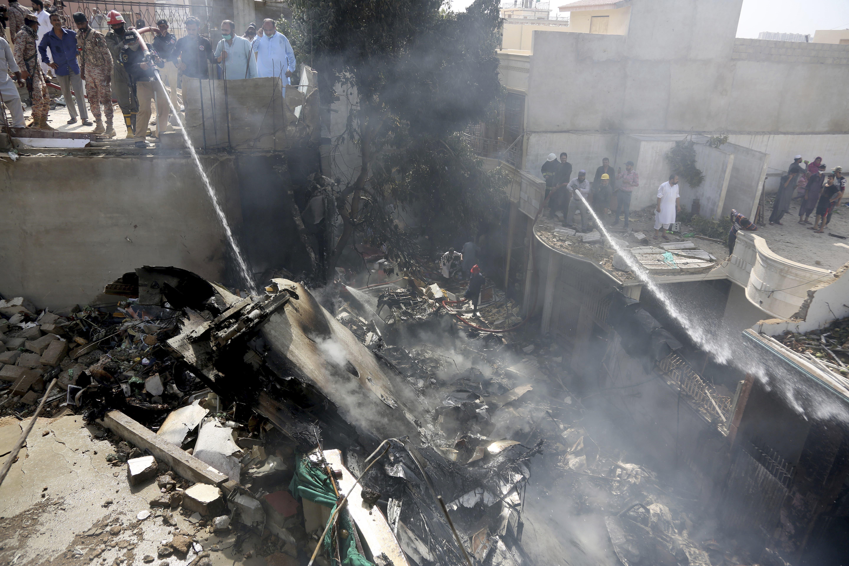 Ein Flugzeug mit rund 100 Passagieren an Bord ist im Süden Pakistans abgestürzt.