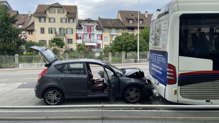 Auto prallt in stehenden Linienbus – Fahrer wohl unter Alkoholeinfluss