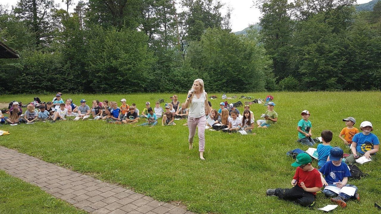 Die Schulleiterin richtet ein grosses Dankeschön an Kinder und Lehrpersonen. Foto: Andrea Müller, Laupersdorf