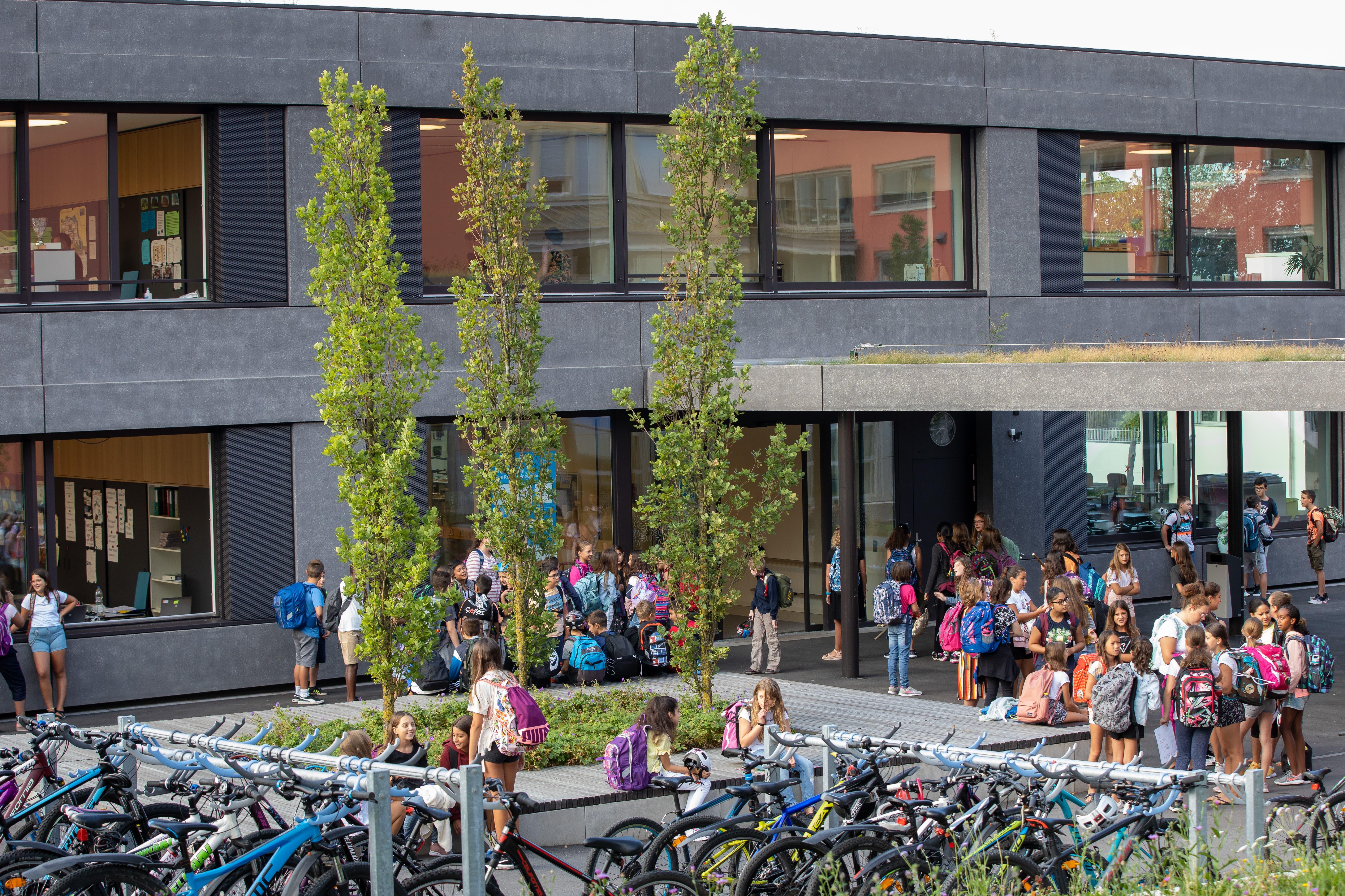 Die Kinder vor dem Schulhaus in Oensingen.