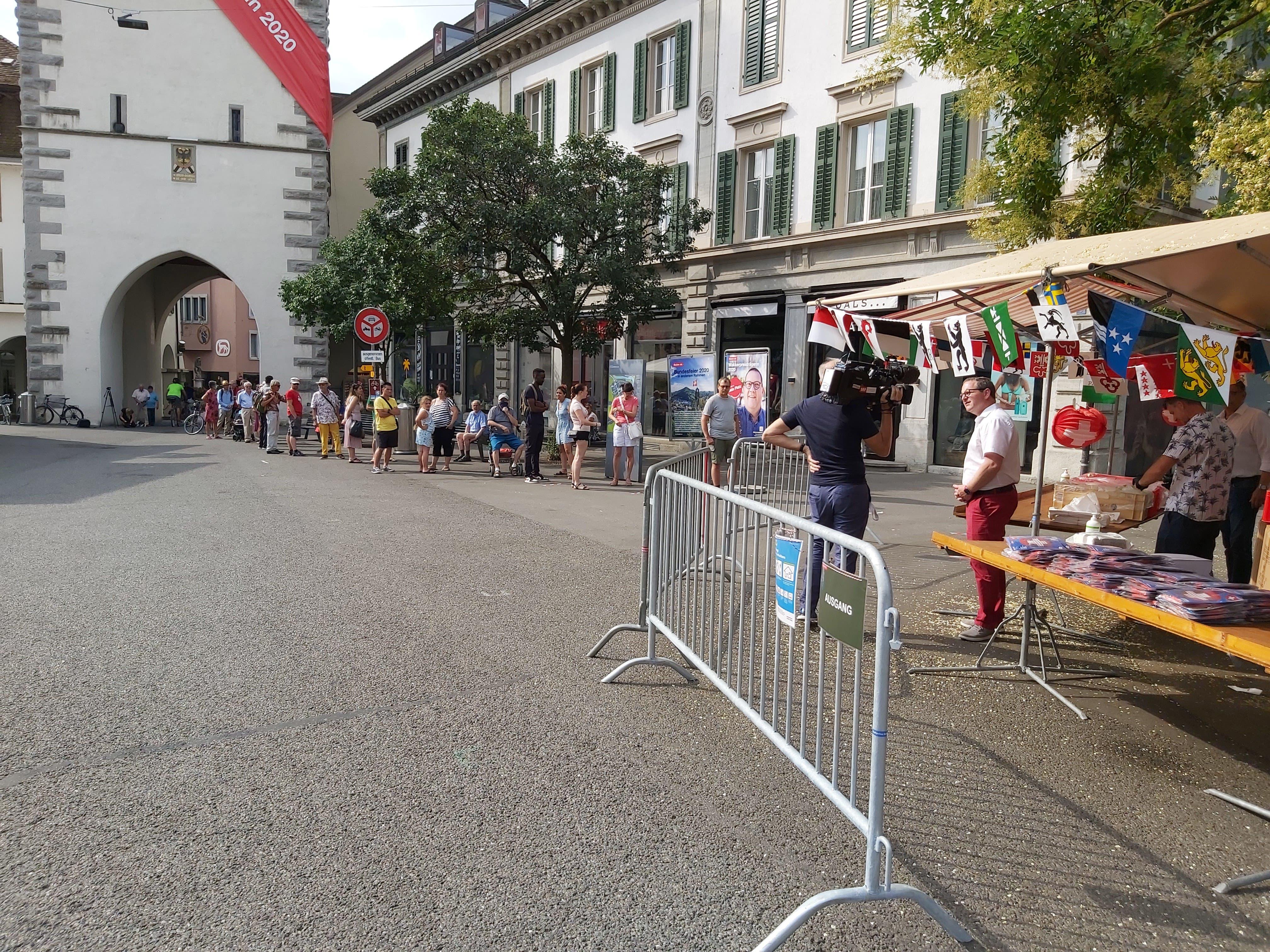 Die Einwohner freuen sich über die Aktion und stehen für Wurst und Lampion Schlange.