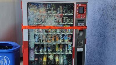 Vandalen demolieren Selecta-Automaten: Zwei Personen schlugen mit Stein auf den Kasten ein
