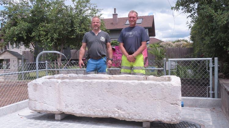 2,5 Tonnen schwerer Trog aus Solothurner Kalk hat einen neuen Platz