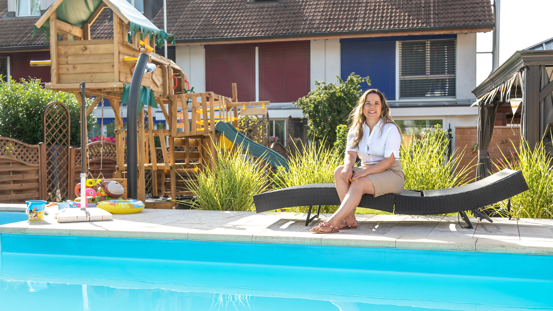 Martina Bircher geniesst die Sommerferien zu Hause am Pool.