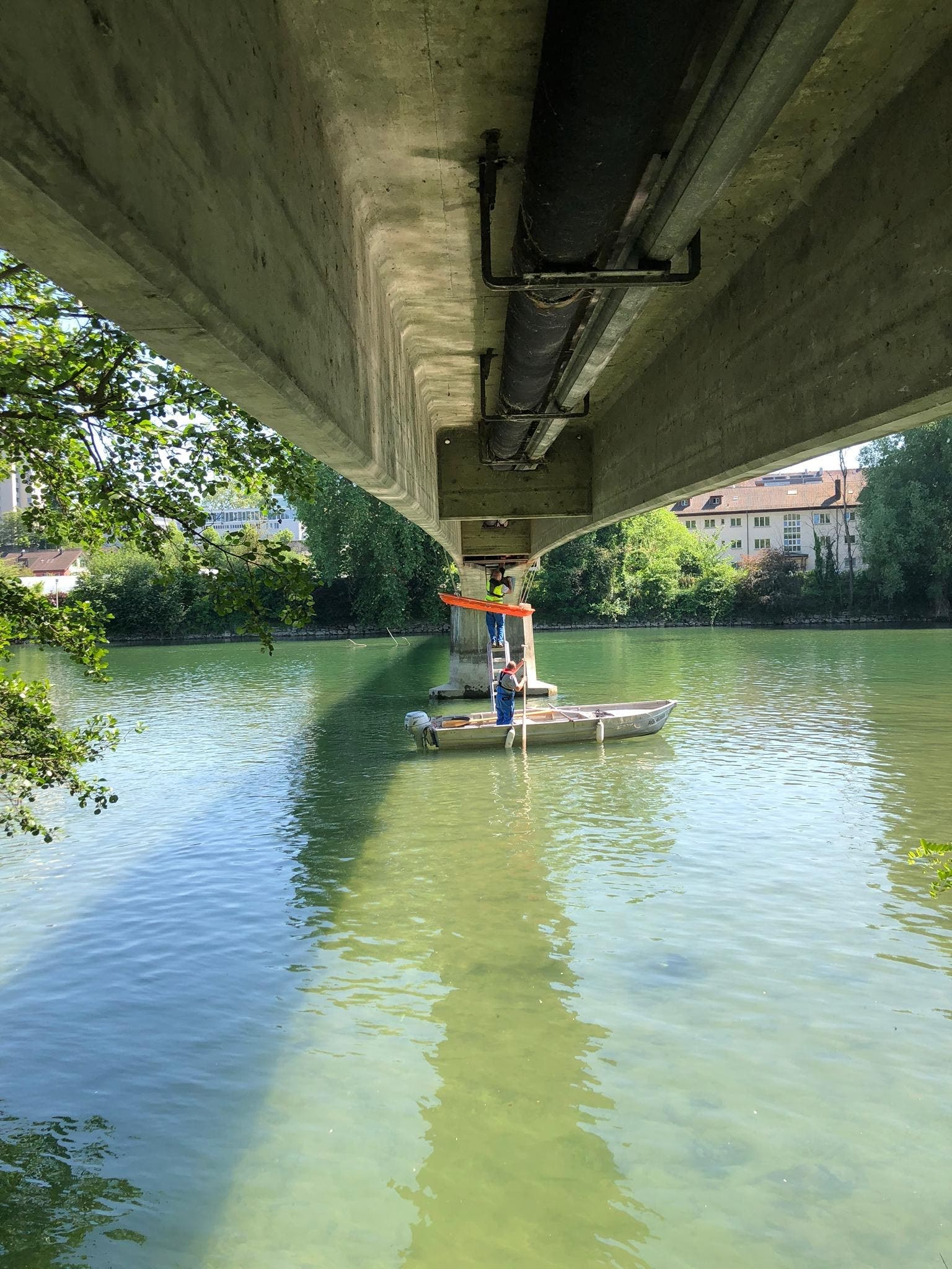 Die Feuerwehr Aarau arbeitete für die Rettung mit der Axpo zusammen, die beim nahen Kraftwerk Rüchlig bereits ein Boot im Wasser hatte.