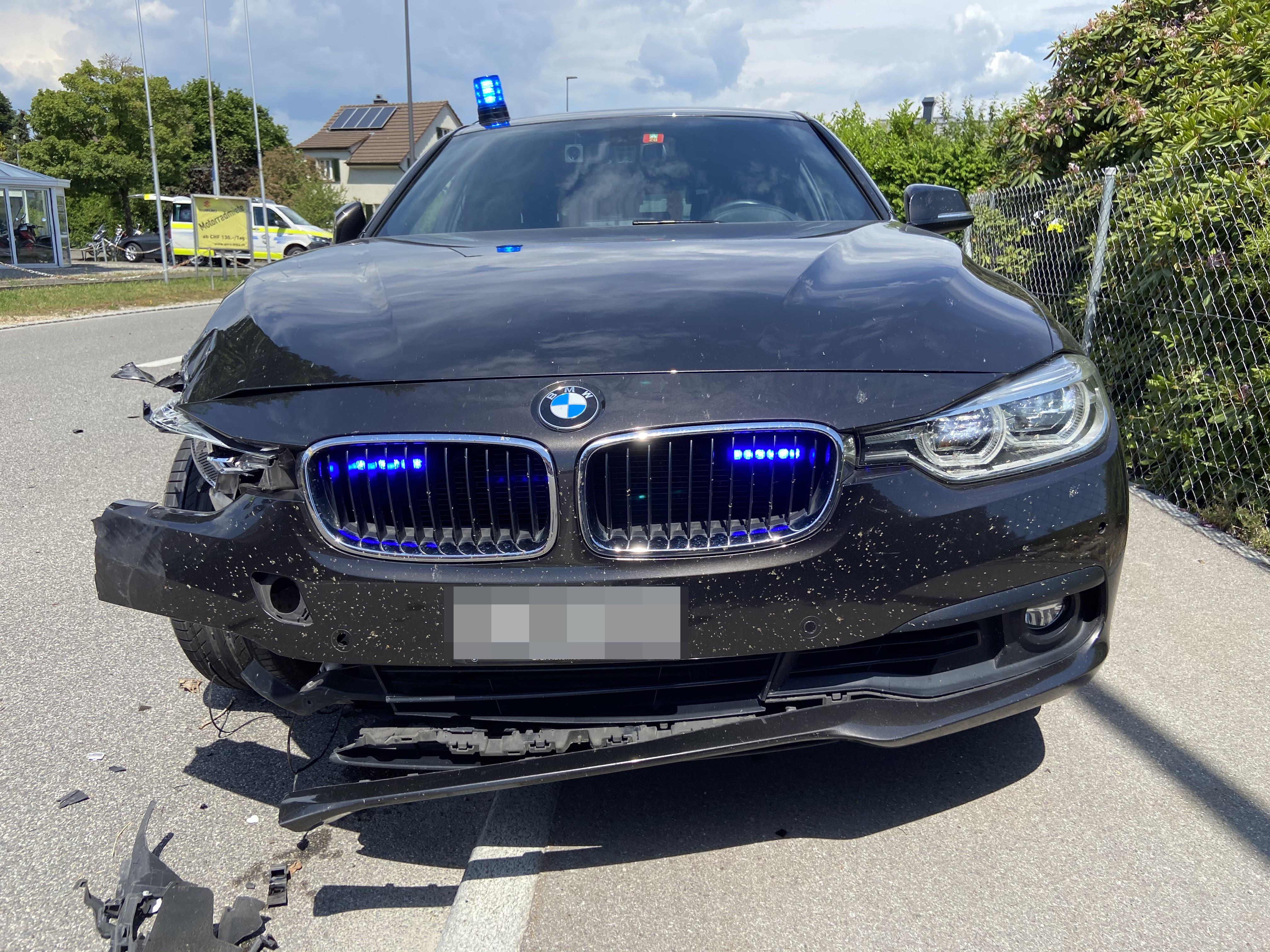 Der Fahrer des Polizeiwagens wollte ein Auto überholen, das links abbog.