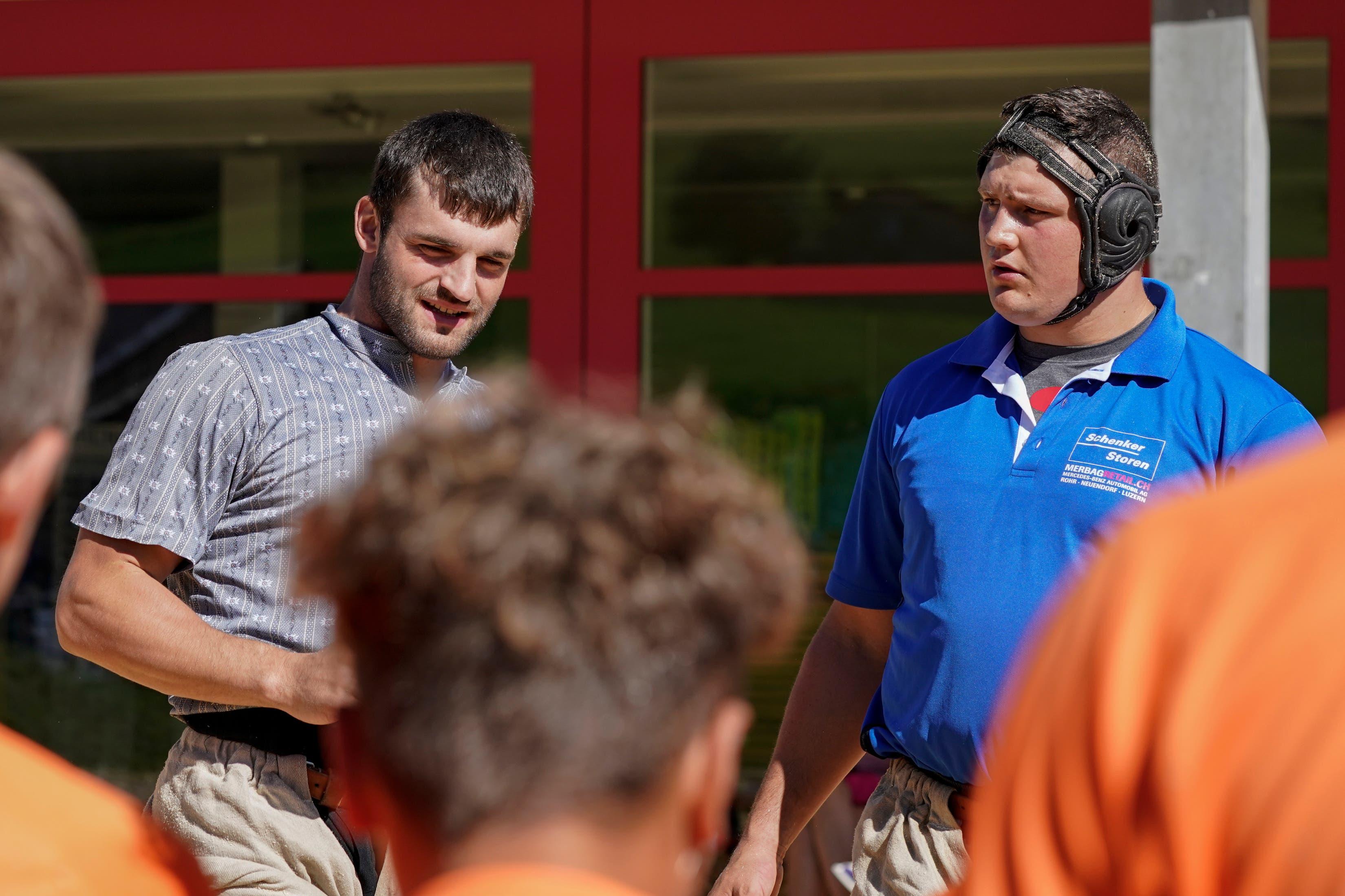 David Schmid (l.) und Nick Alpiger erklären den jungen Schwingern, wie man besser wird. Königscamp