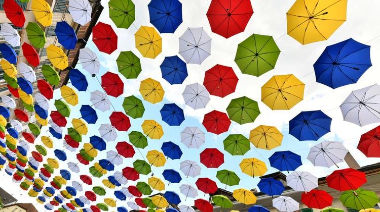 Die bunten Regenschirme bleiben den ganzen Sommer über hängen
