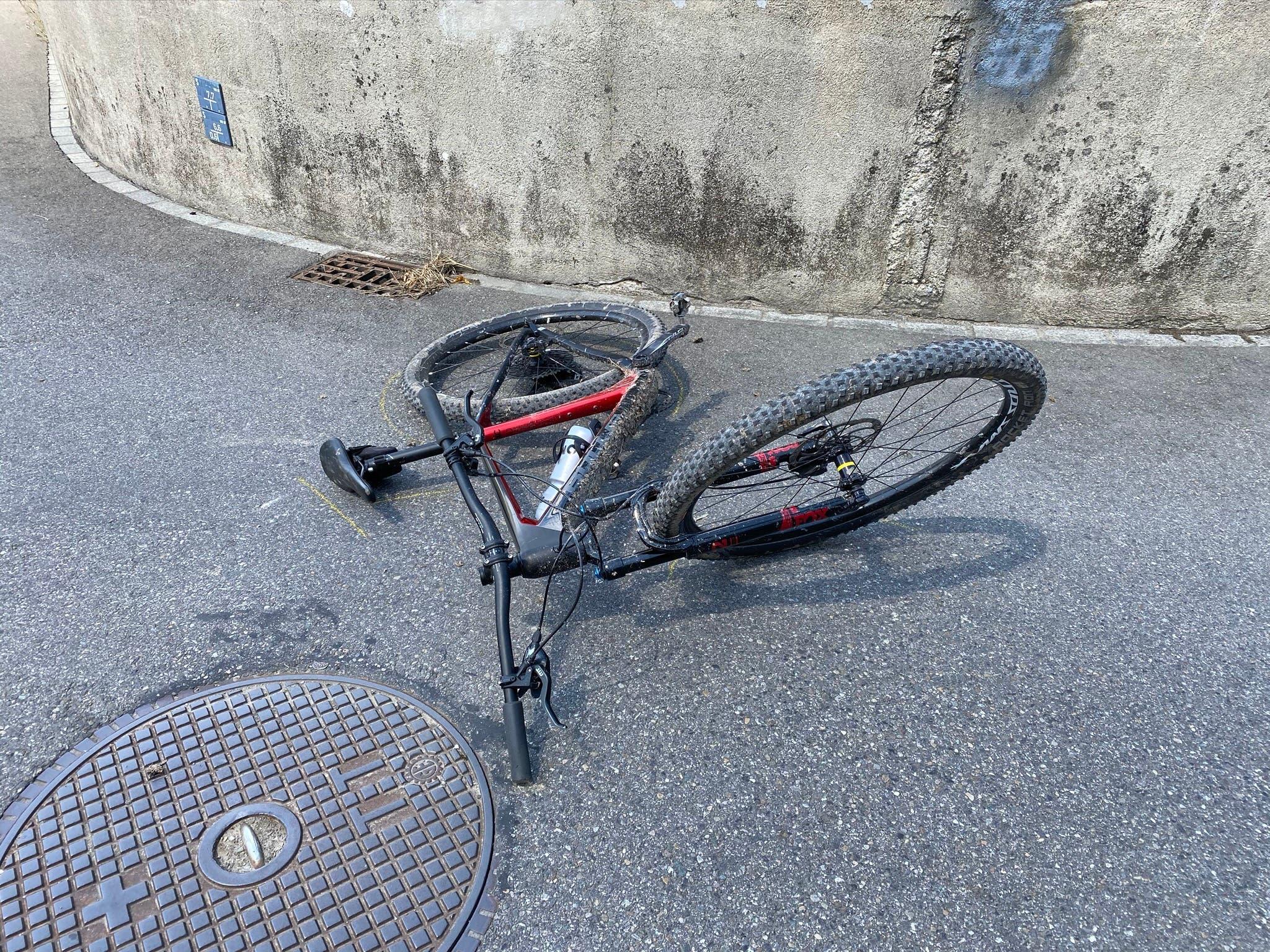 Beim Unfall wurde der Velofahrer verletzt.