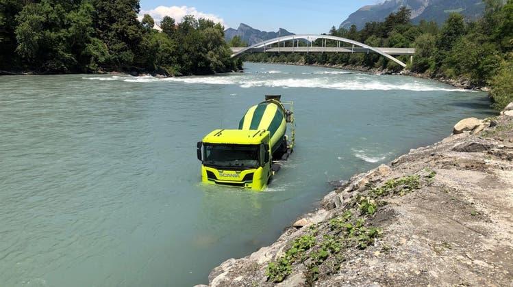 Führerloser Lastwagen landet bei Maienfeld GR im Rhein