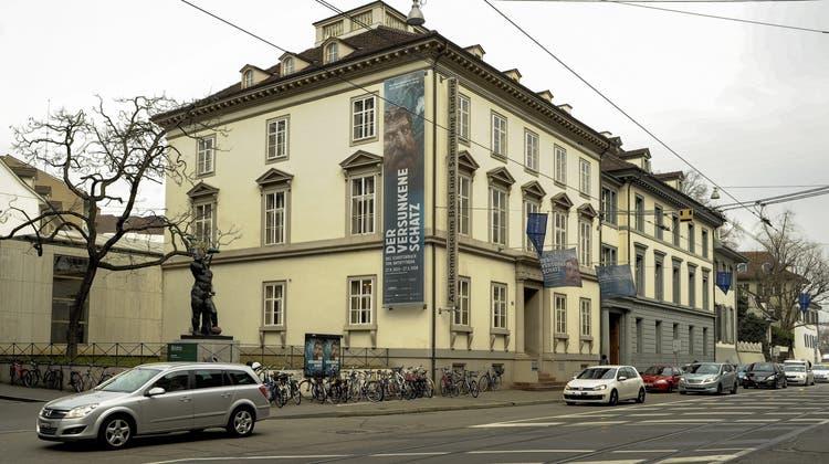 Kran holt Exponate aus Gladiator-Ausstellung im Antikenmuseum Basel