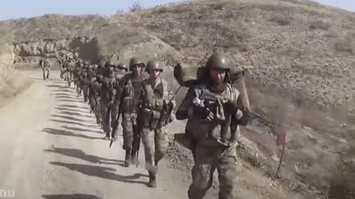 Aserbaidschanische Soldaten marschieren in der Konfliktregion Bergkarabach. Die von Russland ausgehandelte Waffenruhe ist brüchig. (AP)