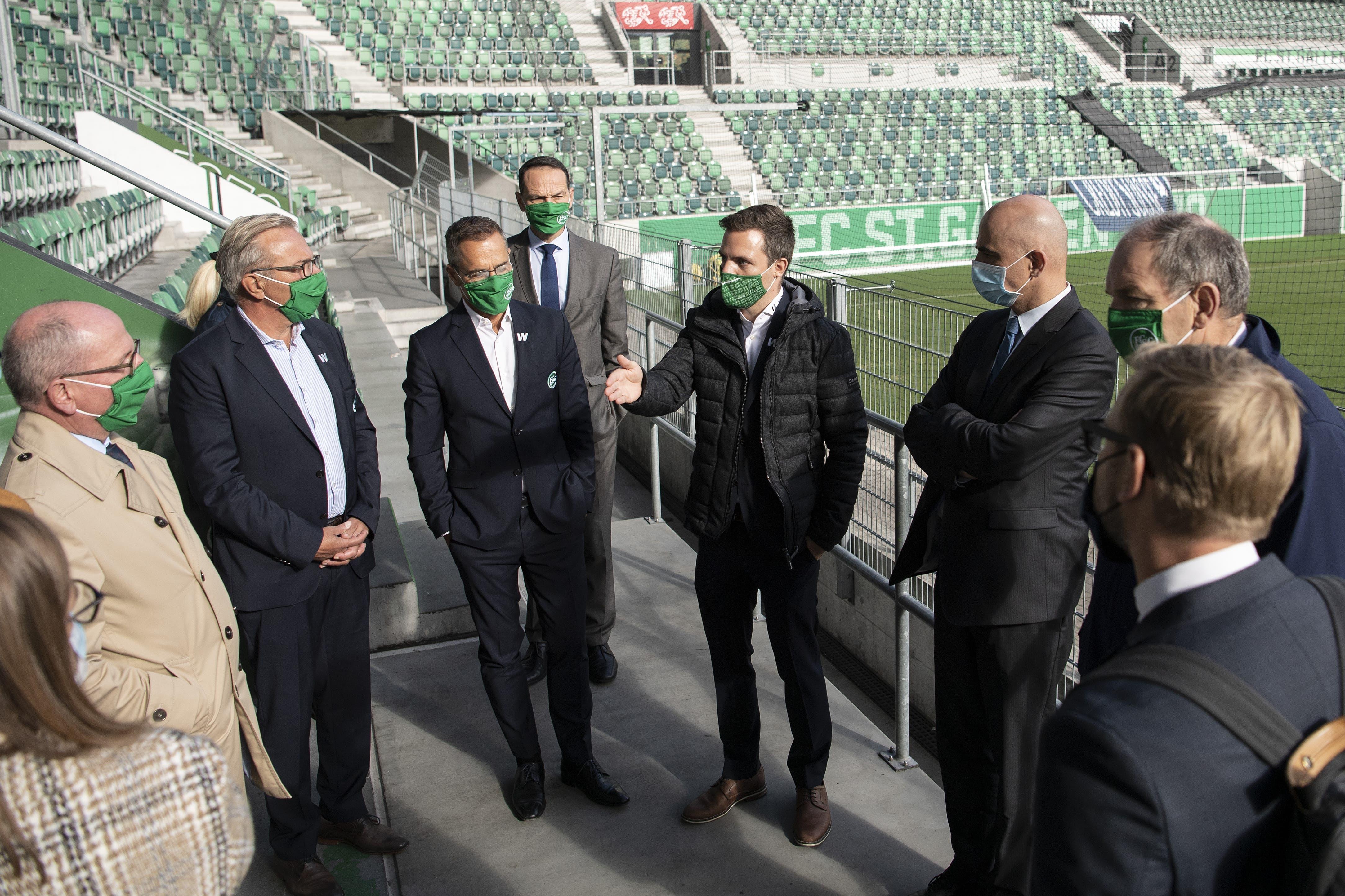 Bundesrat Alain Berset lässt sich von Pascal Wicki, Bereichsleiter Event beim FC St. Gallen, das Sicherheitskonzept im Kybunpark erklären.