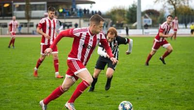 Sarnens Ante Pekas (am Ball) übt Druck auf Kickers Luzern aus. (Eveline Beerkircher)