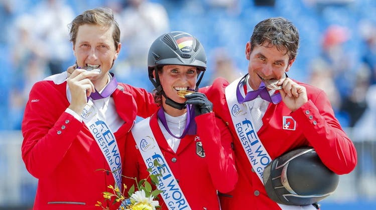 Simone Blum ist amtierende Weltmeisterin im Springreiten. 2018 gewann sie vor zwei Männern – vor den Schweizern Martin Fuchs (l.) und Steve Guerdat. (Keystone)